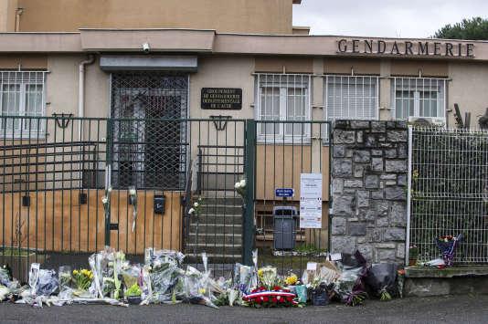 Après le décès du lieutenant-colonel Arnaud Beltrame, de nombreuses personnes sont venues déposer des fleurs devant la gendarmerie de Carcassonne, le 24 mars.