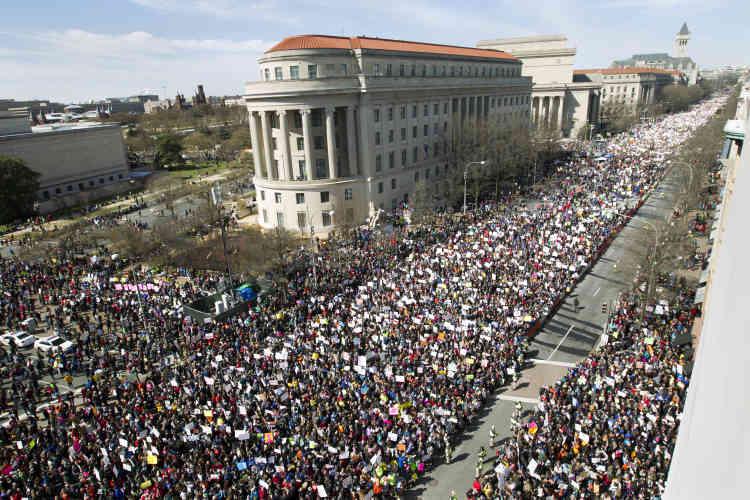 L'événement national, baptisé «March for Our Lives» – «Marchons pour nos vies» –, est une réaction spontanée au massacre le 14 février de 17 personnes dans un lycée de Floride.