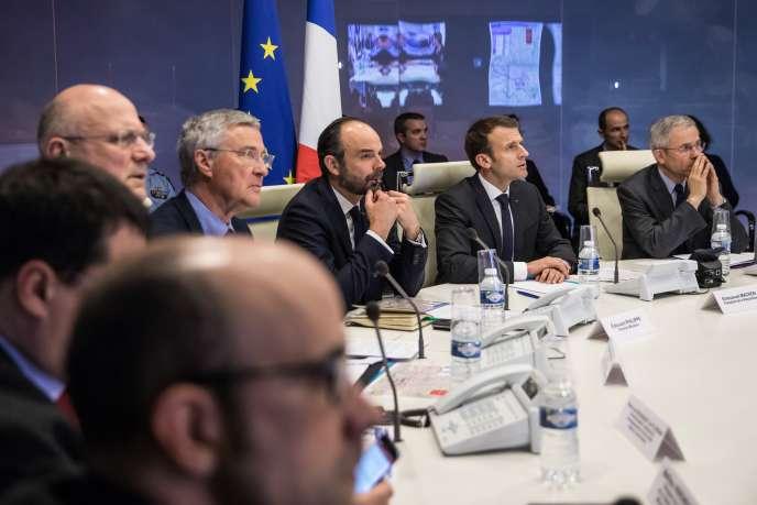 Le 23 mars, Le président Emmanuel Macron se rend Place Beauvau pour une céllule de crise suite à l'attaque et la prise d'otages qui ont eu lieu le matin même dans l'Aude.