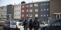 Les forces de l'ordre déployées devantle domicile de Radouane Ladkim, à la cité d'Ozanam, le 23mars en fin de journée.