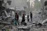 Des civils dans ce qui reste du centre-ville d'Afrin, en Syrie, le 24 mars.