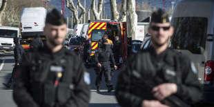 Devant le Super U de Trèbes (Aude), après la prise d'otages, vendredi 23 mars.