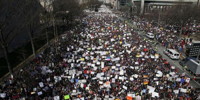 Pennsylvania Avenue, à Washington, envahie par une foule de manifestants contre la libre circulation des armes à feu, le 24 mars.
