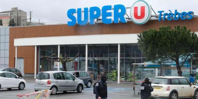 Deant le Super U de Trèbes (Aude) où a eu lieu la prise d'otages, vendredi 23 mars 2018.