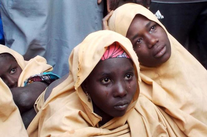 Certaines des écolières enlevées par Boko Haram en février à Dapchi (nord-est du Nigeria), dans le village voisin de Jumbam après leur libération, le 21mars 2018.