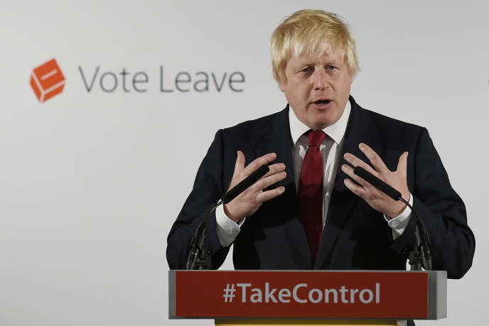 Boris Johnson durant la campagne pour le Brexit de 2016, à la tête du groupe « Vote Leave».