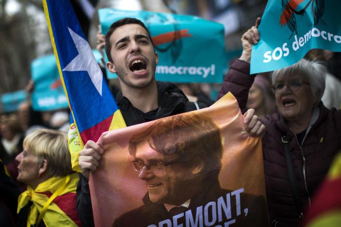 Des milliers de Catalans se sont retrouvés dimanche 25 mars pour protester contre l'arrestation en Allemagne de Carles Puigdemont.