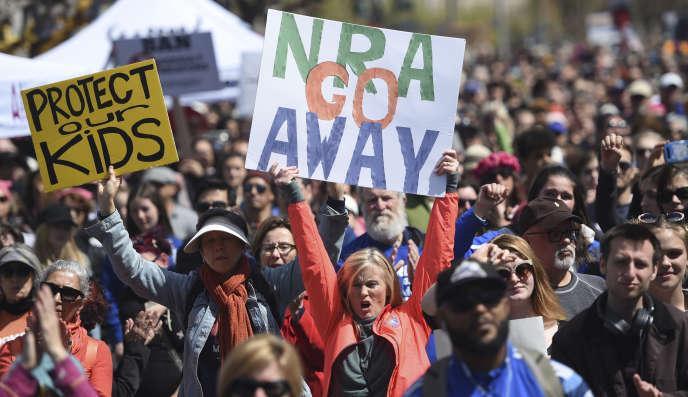 Des participants à la manifestation historique du 24 mars 2018 pour demander la fin de la libre circulation des armes.