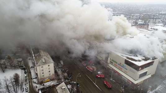 Soixante-quatre morts dans l'incendie d'un centre commercial à Kemerovo, ville de Sibérie occidentale.