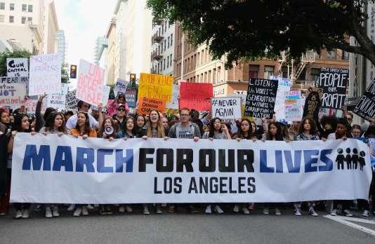 Des participants à la marche organisée par les surivants de la tuerie de Parkland, à Los Angeles, le 24 mars 2018.