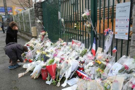 Devant la gendarmerie de Carcassonne, dont dépendait le lieutenant-colonel Arnaud Beltrame, tué dans l'attaque d'un supermarché de Trèbes (Aude).