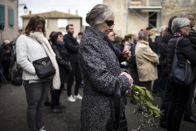 Devant l'église de Trèbes (Aude), où a été célébrée une messe en hommage aux victimes des attaques, dimanche 25 mars 2018.