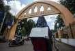 En Indonésie, une étudiante portant un niqab manifeste à l'entréedu campus de l'université islamique Sunan Kalijaga, à Yogyakarta, le 8 mars 2018.