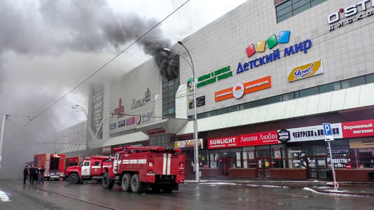 Arrivée des pompiers sur les lieux de l'incendie, à Kemerovo, le 25 mars.