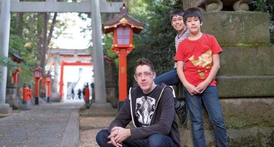 Thomas Romain vit à Tokyo avec sa femme et ses fils, Itsuki et Ryunosuke.
