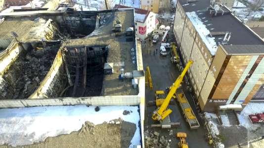 Le toit de deux salles de cinéma du centre commercial deKemerovo (Russie) se seraient effondré dans l'incendie, dimanche 25 mars.
