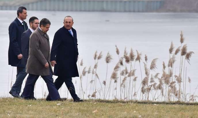 Mevlüt Çavusoglu et Sigmar Gabriel, le ministre allemand des affaires étrangères, le 6 mars, à Berlin.