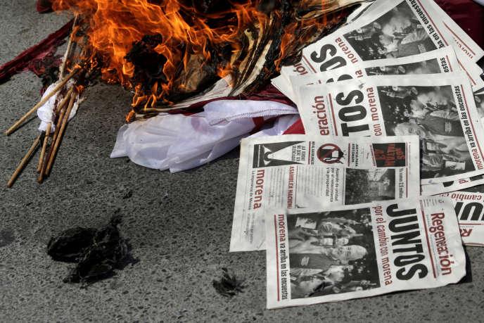 Des opposants au parti mexicain Morena brûlent des tracts, à Apodaca, le 25 mars 2018.