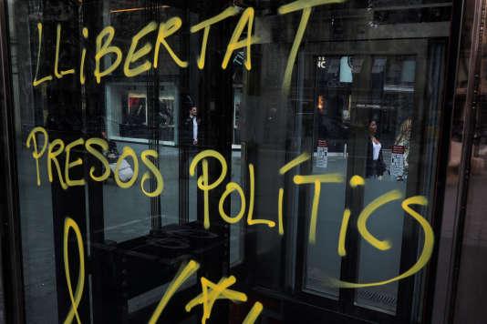«Liberté pour les prisonniers politiques», un graffiti sur une vitre à Barcelone, le 26 mars 2018.