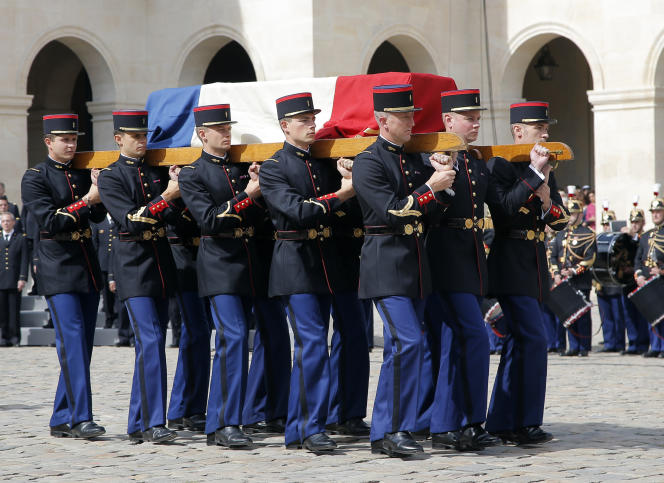 L'arrivée du cercueil de Simone Veil, ancienne ministre et rescapée de la Shoah, lors de la cérémonie d'hommage national aux Invalides, à Paris, le 5juillet 2017.