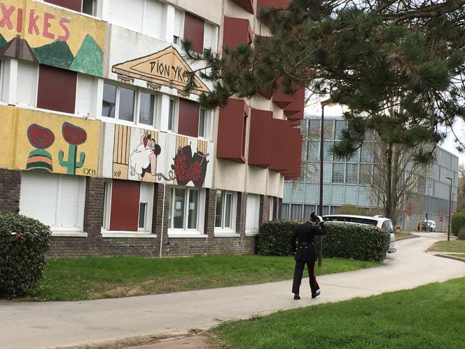Un élève de Polytechnique marche dans le quartier où logent les élèves, à proximité des nouveaux bâtiments de l'Ecole nationale de la statistique et de l'administration économique (ENSAE).