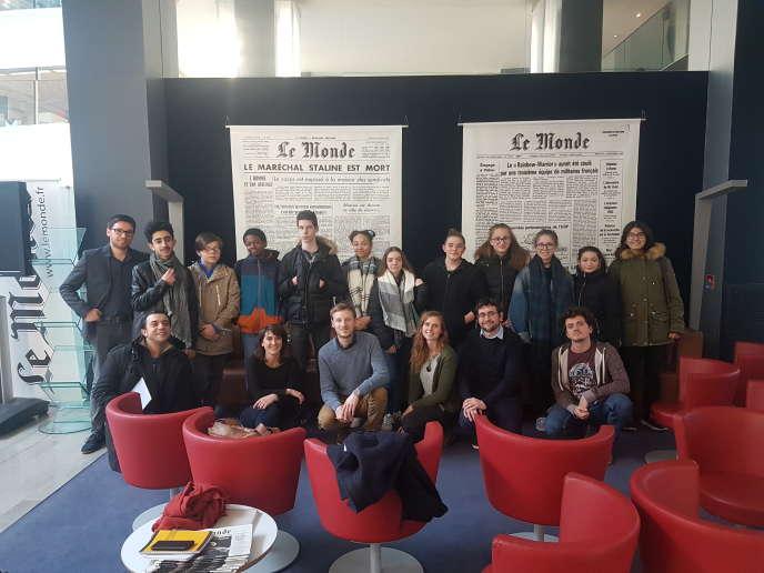 Des élèves de la classe de quatrième du collège Henri-IV, à Meaux (Seine-et-Marne) et leurs accompagnants, avec les journalistes du «Monde», le 19mars 2018, au siège du journal.