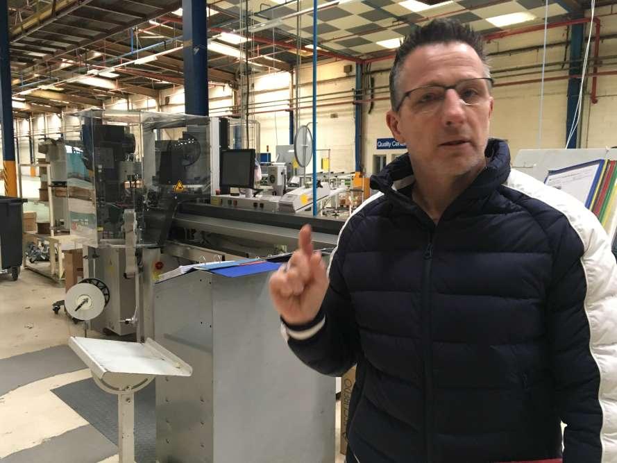 « Du temps de mon père, l'usine employait 3 700 personnes, raconte Jean-Pierre Villeret, un ouvrier. Nous, les enfants, on venait pour l'arbre de Noël, et on partait tous en colo Arthur Martin. » Il y a dix ans, l'usine alors propriété d'Electrolux occupait encore un millier de personnes, en comptant les intérimaires