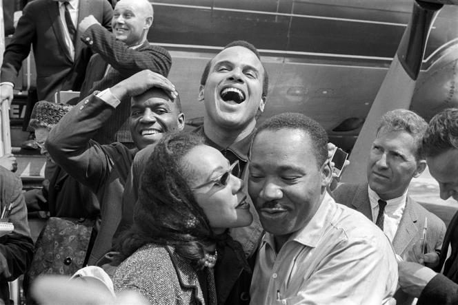 Image extraite du documentaire« King in the Wilderness», qui a été diffusé sur HBO le 2 avril : Martin Luther King (à droite) reçoit un baiser de sa femme Coretta Scott King alors qu'ils apparaissent en Alabama avec l'humoriste Nipsey Russell, rangée arrière gauche, et l'acteur Harry Belafonte.