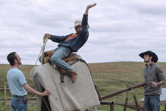 Dans « The Rider», de Chloé Zhao, Brady Blackburn (Brady Jandreau, au centre) a deux passions, le rodéo et le dressage de chevaux.
