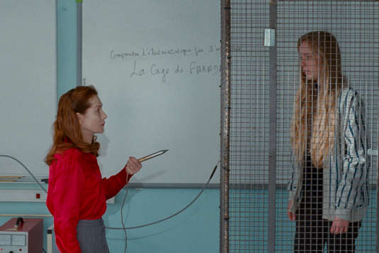 Mme Géquil (Isabelle Huppert), enseignante dans un lycée de banlieue, se transforme en «Madame Hyde».