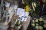 Carcassonne dimanche 25 Mars 2018. Les habitants de Carcassonne et des environs sont venus nombreux rendre un dernier hommage au gendarme Arnaud Beltrame. Un mot, une fleur accrochée à la grille de la gendarmerie, un dessin d'enfant, tous ont témoigné de beaucoup d'émotion pour l'acte héroïque du militaire. Photo: Ulrich Lebeuf / M.Y.O.P pour Le Monde