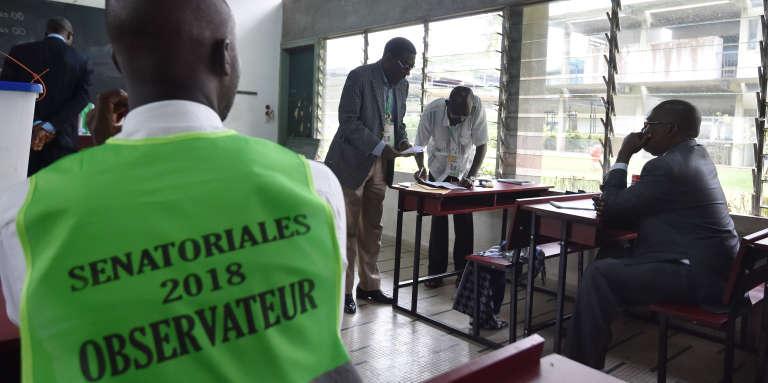Dans un bureau de vote à Cocody, en Côte d'Ivoire, le 24mars 2018.
