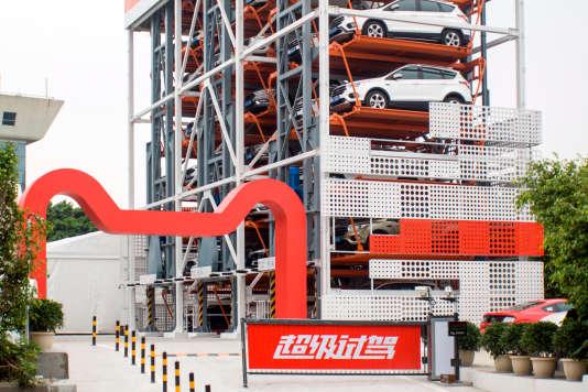 «Un distributeur automatique de voitures» d'Alibaba, à Canton, dans le province de Guangdong, le 26 mars.