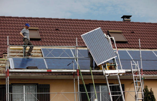 Installation de panneaux photovoltaiques sur une maison individuelle d'Oberhoffen-sur-Moder (Bas-Rhin), en mars 2010.