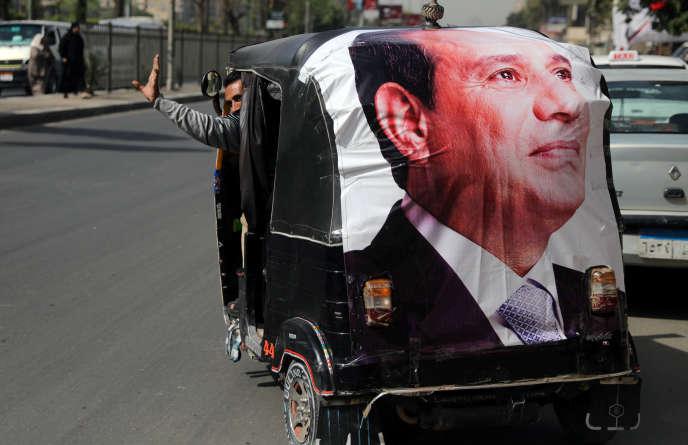 Un poster à l'effigie d'Abdel Fattah Al-Sissi, au Caire, le 27 mars.