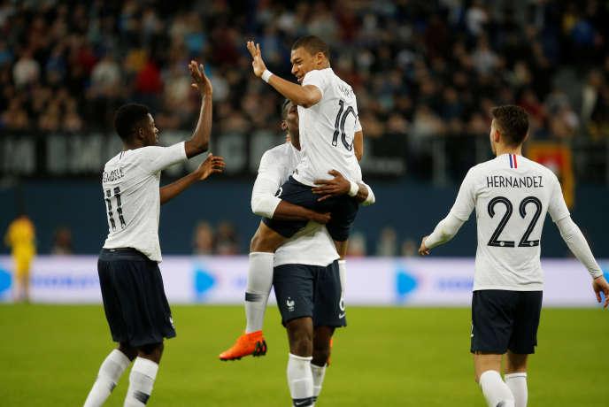 Kylian Mbappé saute dans les bras de Paul Pogba après son premier but.