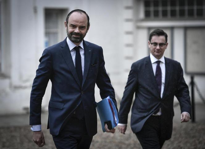 Le premier ministre Edouard Philippe et son conseiller à l'outre-mer, Xavier Brunetière, à leur arrivée à l'Hôtel de Matignon, le 27 mars.