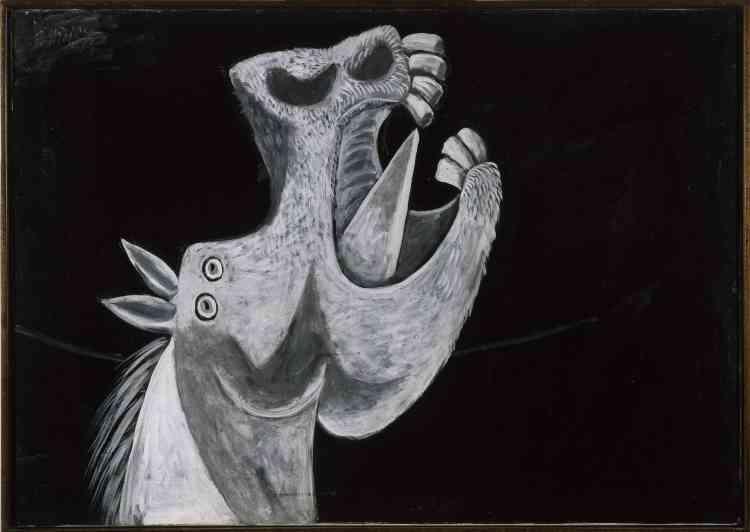 """«Unique exemple d'étude préparatoire pour """"Guernica"""" réalisée à l'huile, cette tête de cheval est exécutée dès le deuxième jour de travail de Picasso sur """"Guernica"""". Son traitement expressif se retrouvera presque inchangé dans la toile monumentale. Pivotée vers la gauche dans la composition finale, la tête de cheval présente les mêmes caractéristiques générales que l'étude: emploi d'un camaïeu de gris, position de la gueule hurlante, découvrant des dents saillantes, et motif de la langue """"poignard"""".»"""