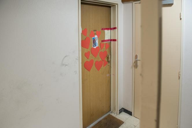 La porte de l'appartement où vivait Mireille Knoll, le 27 mars, quatre jours après son assassinat, àParis.