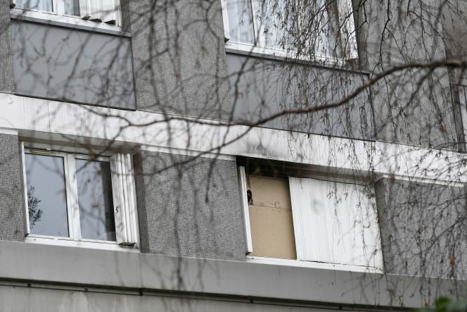 La fenêtre condamnée de l'appartement de Mireille Knoll, retrouvée dans son lit, le corps en partie calciné dans un incendie volontaire,vendredi 23 mars, à Paris.