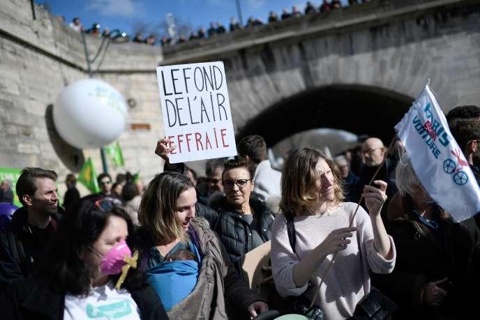 Manifestation sur les berges de la Seine à Paris afin qu'elles demeurent piétonnières, le 10 mars.