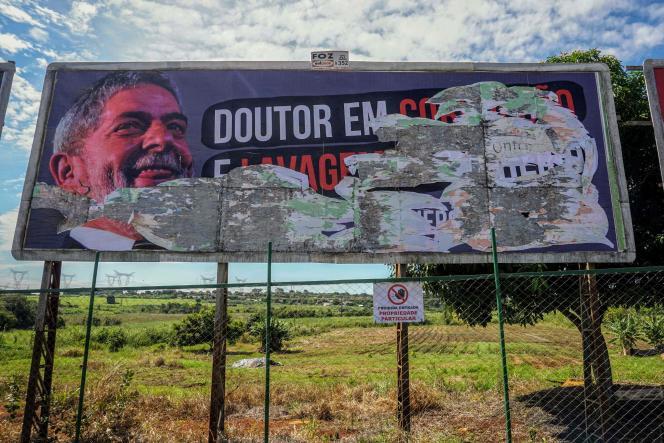 Un panneau hostile à l'ancien président Lula, dans l'Etat de Parana dans le sud du Brésil, le 26 mars.