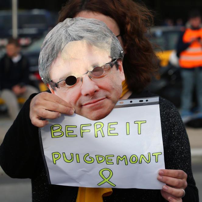 «Il s'agit pour nous de défendre des citoyens d'Europe incarcérés pour leur fidélité à leurs paroles»(Femme portant un masque de Carles Puigdemont et appelant à sa libération, le 27 mars, à Barcelone).