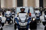 Escorté par huit motards de la garde républicaine, le cercueil d'Arnaud Beltrame a rejoint les Invalides, pour un hommage national, le 28 mars