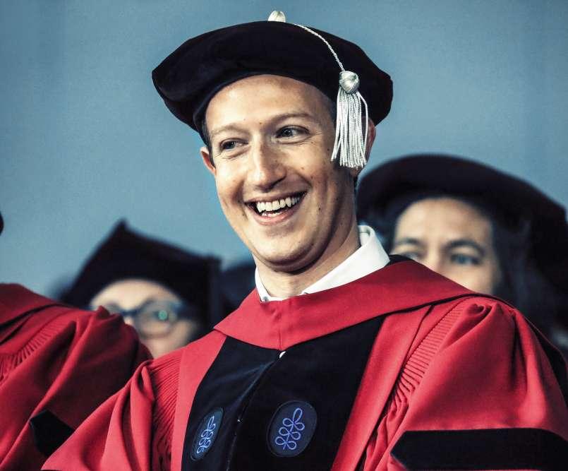 Deux ans plus tard, l'étau se ressert autour de Mark Zuckerberg, de plus en plus souvent épinglé pour l'exploitation des données personnelles des utilisateurs de son réseau. Alors, pour se changer les idées, l'intéressé est prêt à tout. Même à enfiler la tenue traditionnelle des doctorants d'Harvard, mortier à pompon compris, pour recevoir un diplôme honorifique en droit.