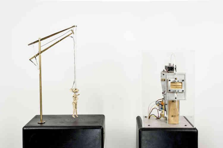 Nicolas Darrot fait partie d'une génération d'artistes-inventeurs : il se sert de l'ordinateur pour donner vie à des figures artificielles. Son travail se rapproche ainsi de la sculpture animée et des marionnettes.
