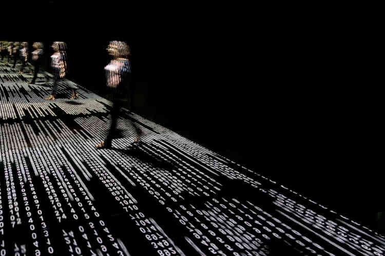 Raquel Kogan s'intéresse depuis toujours aux paysages construits et aux technologies. Son œuvre fait appel à la technologie et aux médias digitaux dans leur dimension interactive.