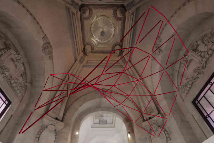 Elias Crespin crée des structures géométriques modulaires, dirigées par une programmation informatique.Ses installations‒ suspendues dans l'air‒ mettent en scène des éléments métalliques qui composent des figures géométriques.