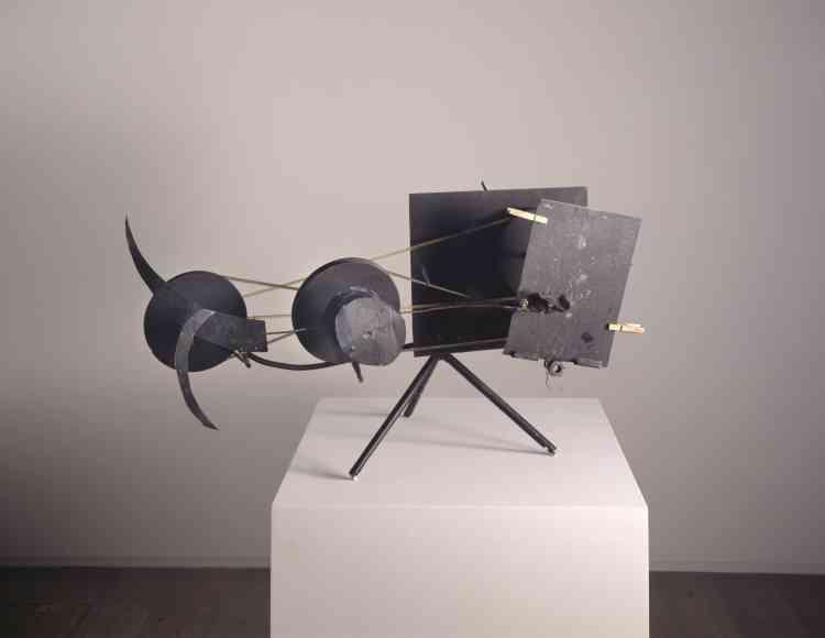 Connu pour ses œuvres cinétiques, Jean Tinguely se sert des machines, en extrait les différents mouvements et bruits qu'elles émettent pour composer une sorte de poésie sonore et visuelle. Il place au cœur de son travail le spectateur et lui demande ce qu'est une œuvre d'art.