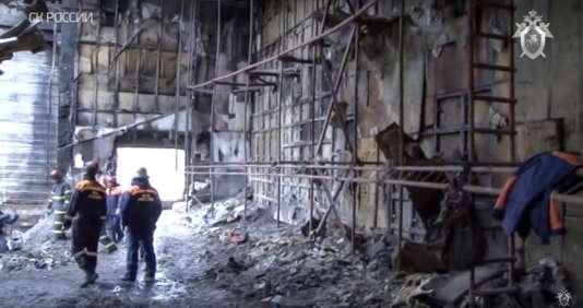 Mardi 27 mars, dans les décombres du Zimnaia Vishnia, le principal centre commercial de la ville de Kemerovo.